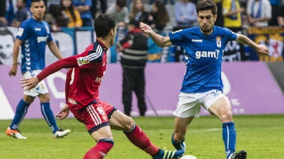 Héctor pugna por un balón con Mikel Merino en un Real Oviedo-Osasuna