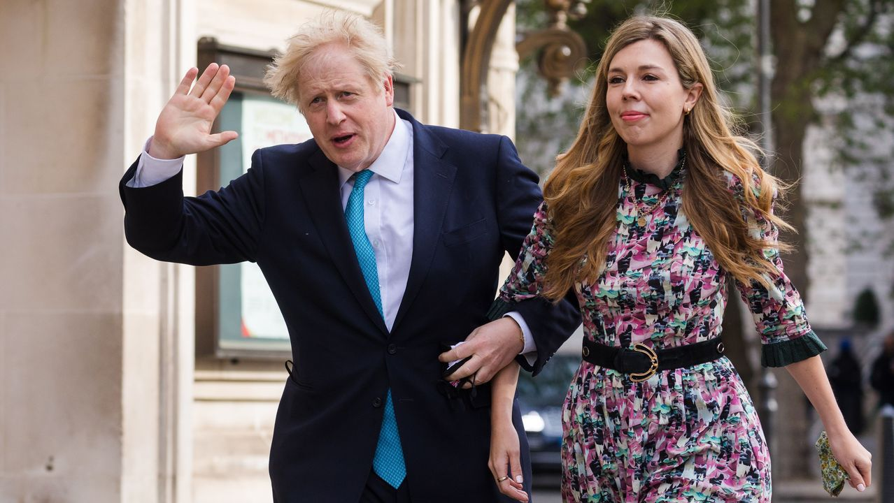 Boris Johnson  y su pareja, Carrie Symonds, a su llegada al colegio electoral.