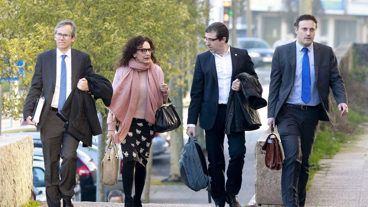 En el centro de la imagen, los dos investigados, Carolina Gómez-Criado y Félix Rubial, a su llegada a los juzgados de Compostela, en una foto de archivo