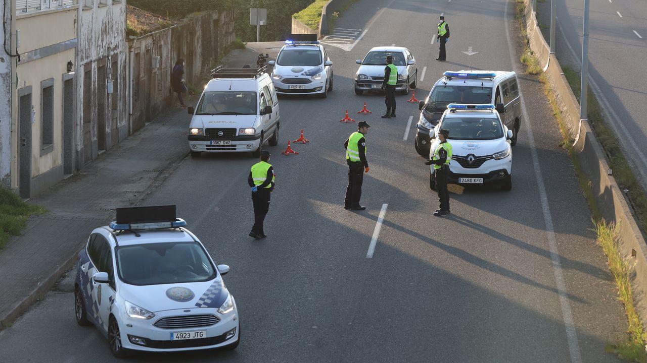 Los agentes de la autoridad pueden exigir el certificado de la empresa para justificar el desplazamiento. En la foto, un control este martes en Santiago