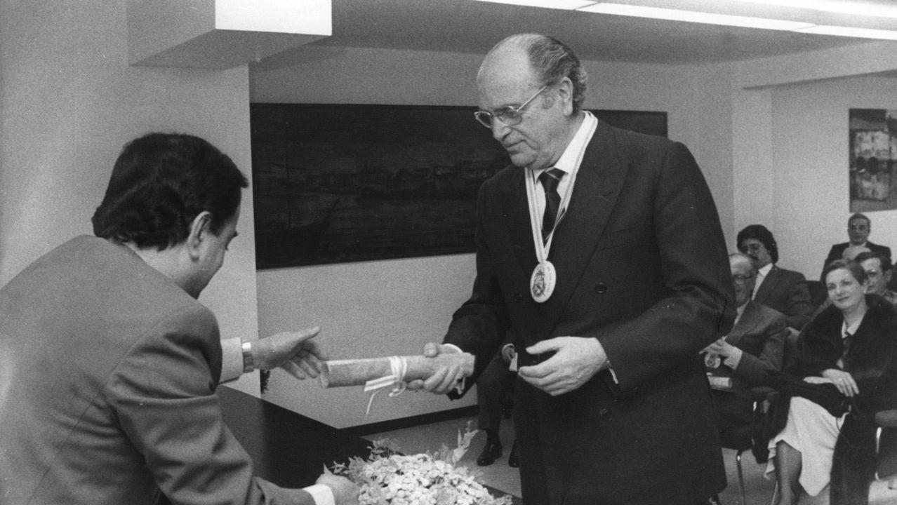 Gerardo Fernández Albor, en el 1984, entrega un pergamino en el Club Gastronómico Rías Altas