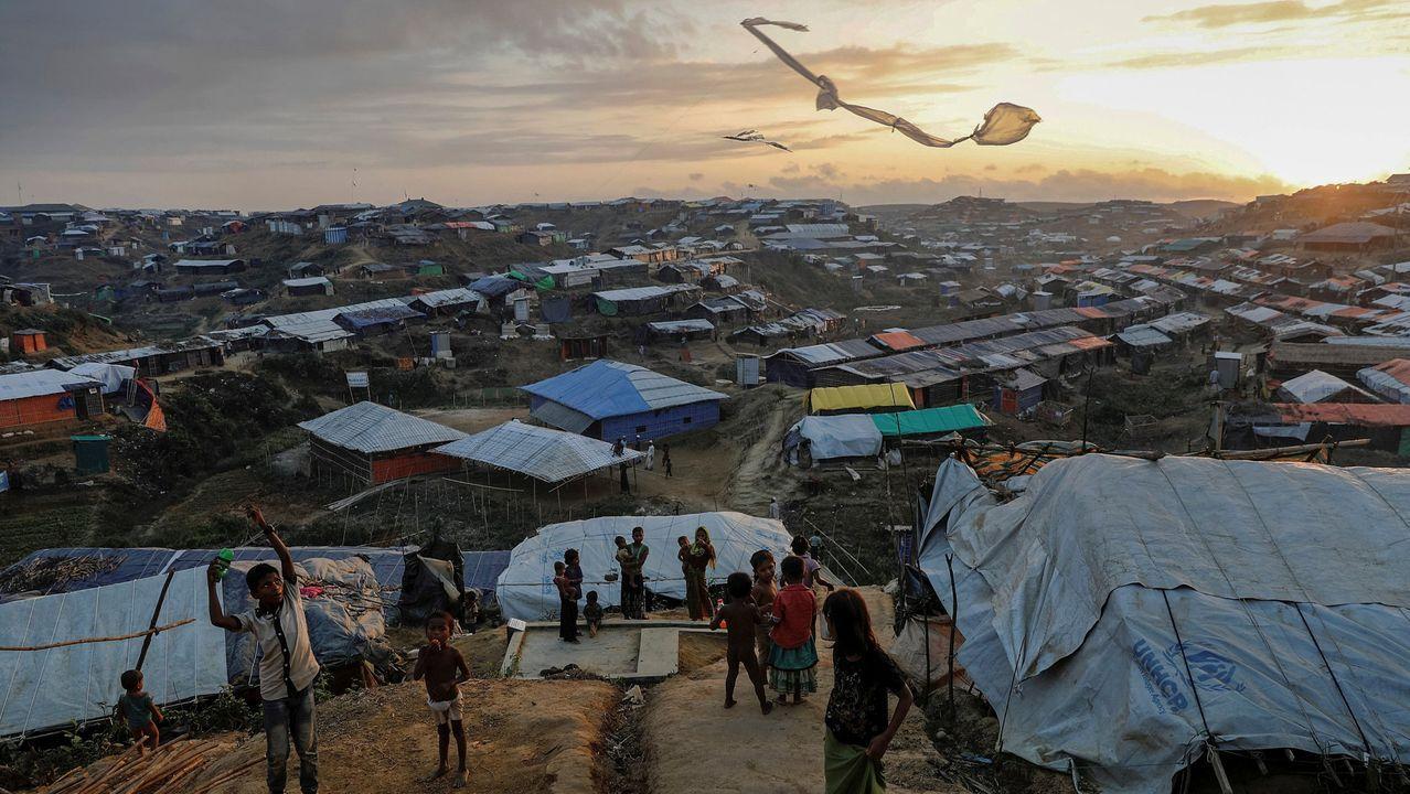 Niños refugiados rohinyás vuelan cometas improvisadas en el campamento de refugiados de Kutupalong, cerca de Cox's Bazar, Bangladés