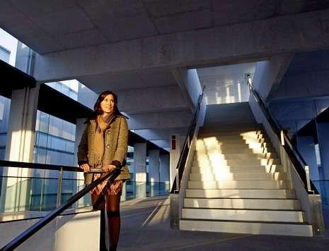 Ana Isabel Vázquez, en las espectaculares escaleras del Sexto Edifcio del Museo.