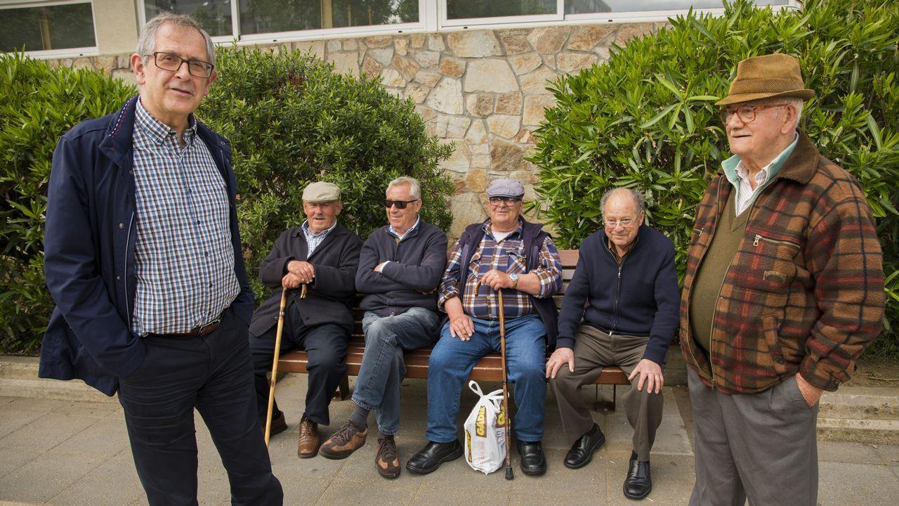 Evencio Ferrero, a la izquierda, conversando con vecinos