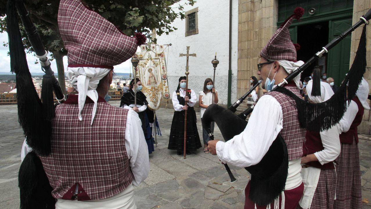La misa y la ofrenda floral tuvieron lugar esta vez en la iglesia de A Régoa