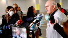 El gerente del área sanitaria de IV, Luis Hevia, atiende a los medios en el hospital de campaña montado en el HUCA
