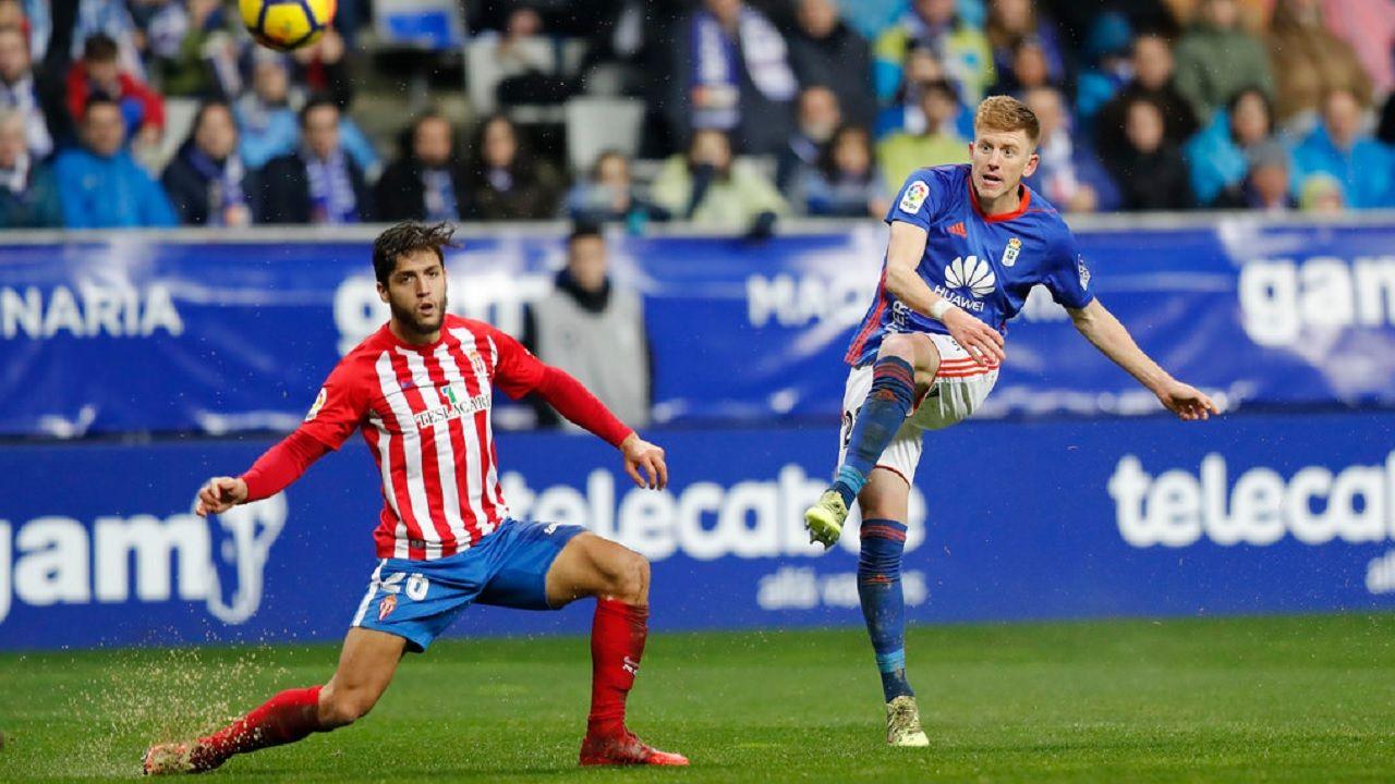 Real Oviedo Carlos Tartiere Linares Saul Berjon Rocha Horizontal.Mossa golpea el balon para hacer el 2-1