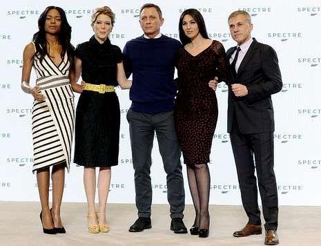 El nuevo spot de KH-7, dirigido por Fernando Trueba.Daniel Craig, flanqueado por Naomi Harris, Léa Seydoux, Monica Bellucci y Waltz.