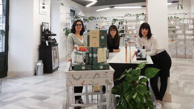 El equipo de theCosmethics en su «showroom» en Allariz, donde sus clientes pueden probar sus productos