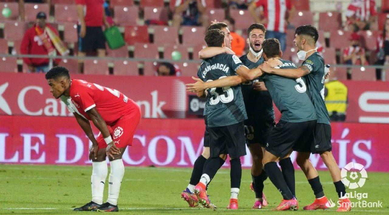Los jugadores del Rayo celebran el ascenso mientras el exoviedista Yoel Bárcenas se lamenta