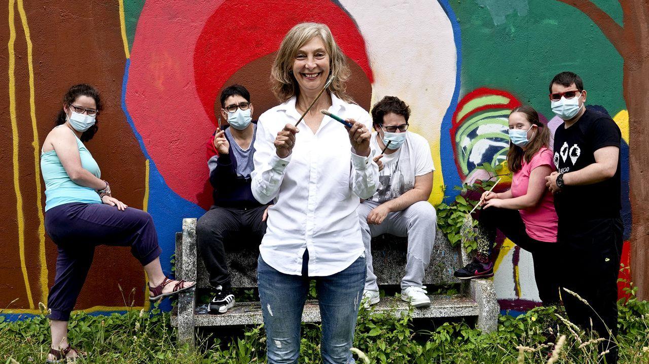 Andrea Pozo, a la derecha, en Nigrán; a la izquierda, en el mural con su cara en un edificio de París