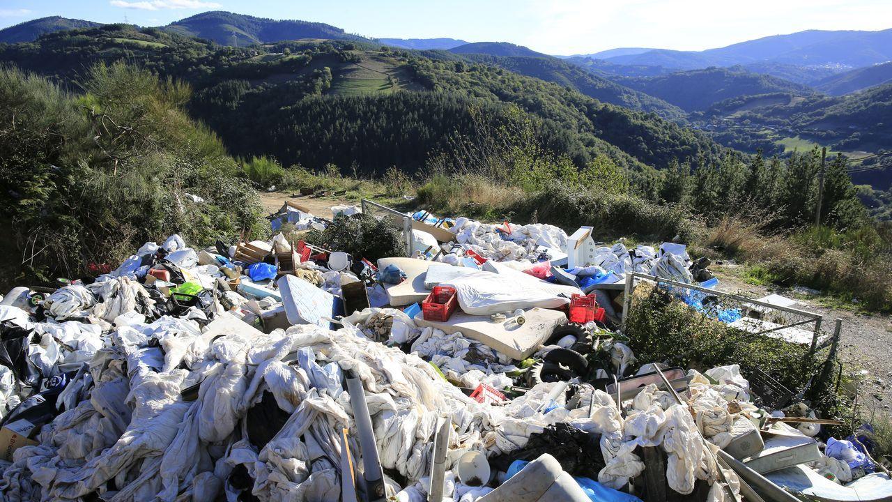 Sofás, lavadoras, colchones... de punto de recogida de plásticos agrícolas a vertedero incontrolado.Alcalde e cargos do PSOE de Lugo reclamaron un plan de dixitalización no rural lucense