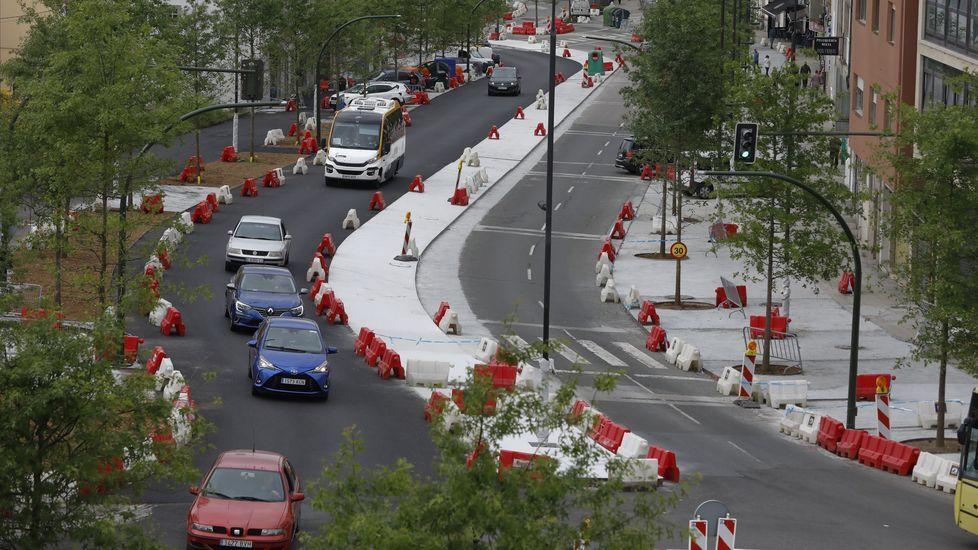 La avenida de Lugo y el nudo de Concheiros, a punto para el Apóstol.Una mujer pasa por una de las sendas vigiladas creadas por la Universidade de Santiago (USC) para evitar ataques sexuales en el campus