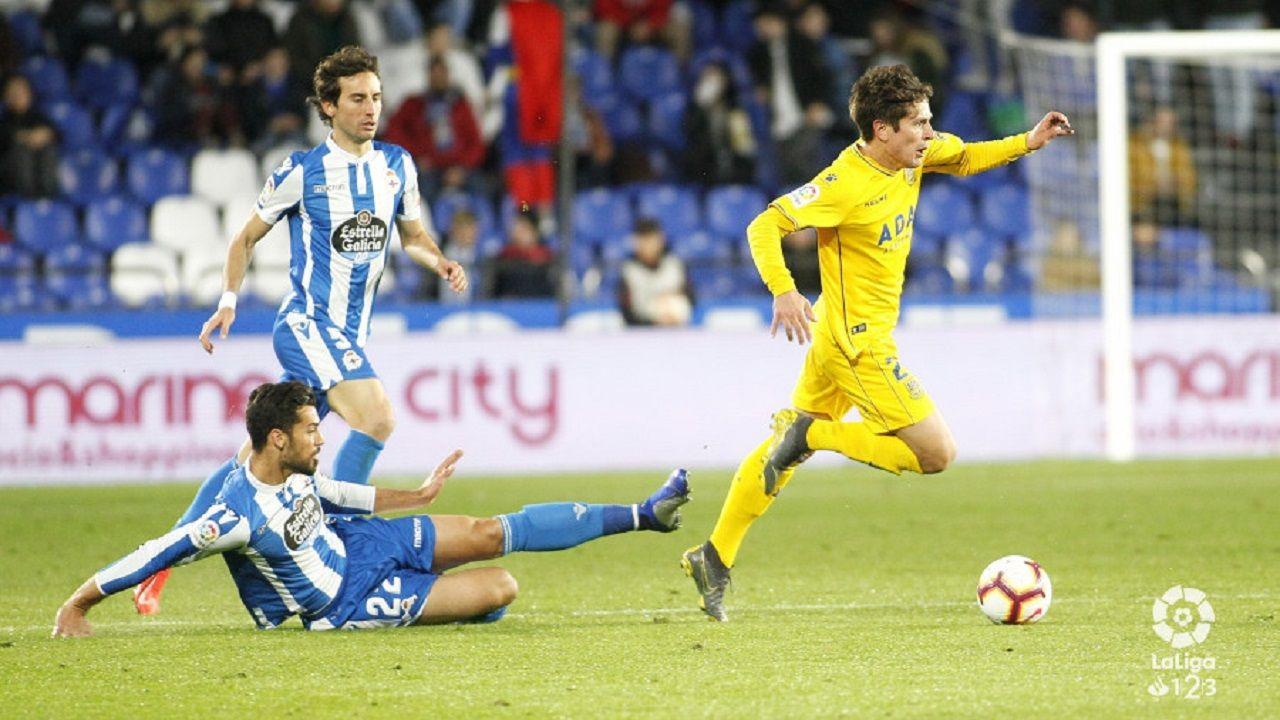 Sangalli se lleva el balón ante Marí y Mosquera en un Deportivo-Alcorcón