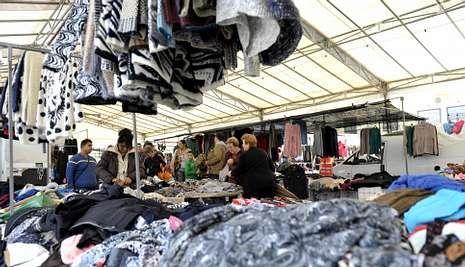 Los vendedores ambulantes estaban encantados de poder vender ayer a cubierto.