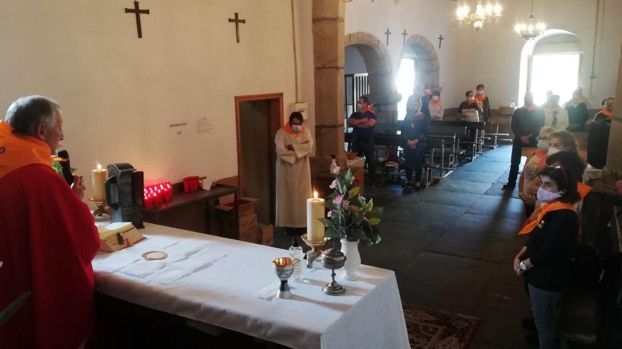 Un momento de la primera misa -a las once de la mañana- oficiada en la iglesia parroquial de A Parte con motivo de la festivida de San Mateo