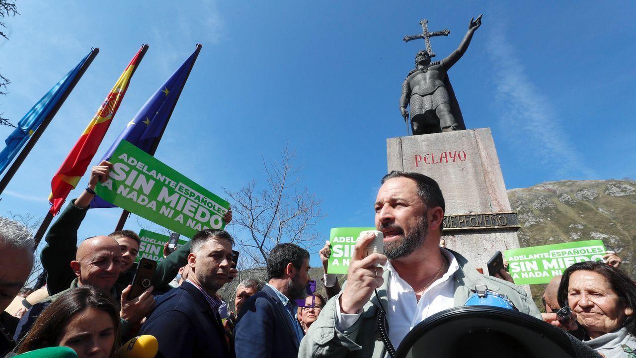 Santiago Abascal, ante la estatua de Pelayo en Covadonga