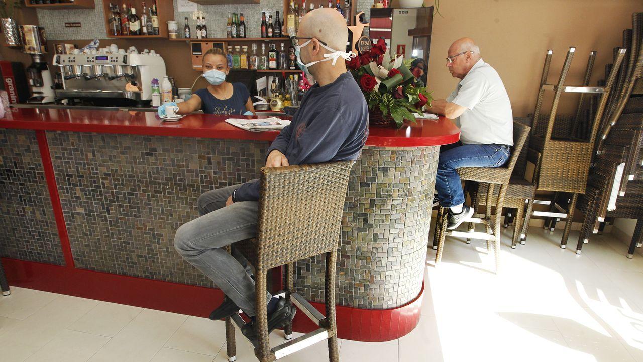 Las barras de los bares ya se pueden ocupar. En la imagen, un establecimiento de Vilagarcía.