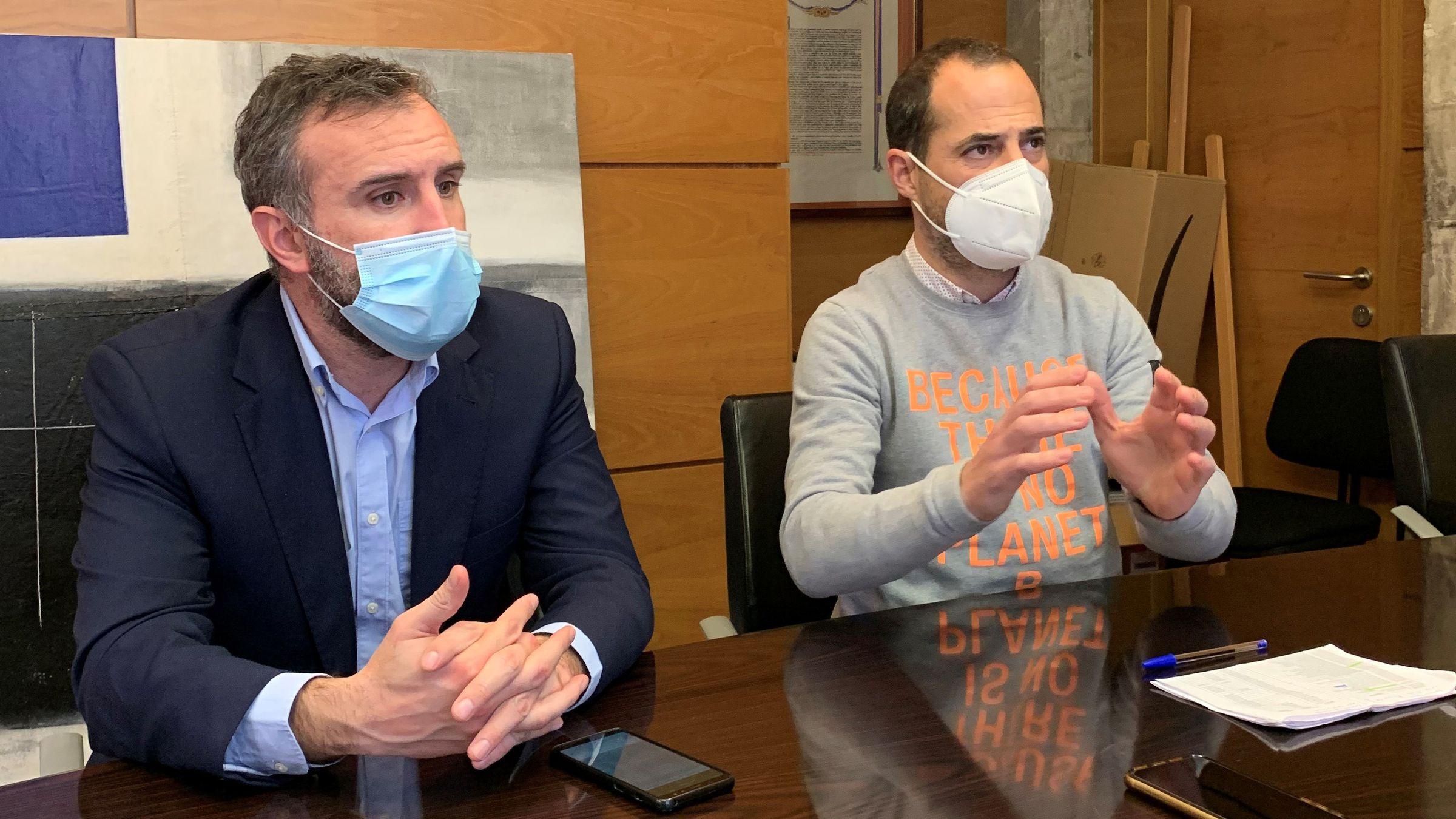 El alcalde de Siero, Ángel García, junto con el portavoz del PSOE, Alberto Pajares