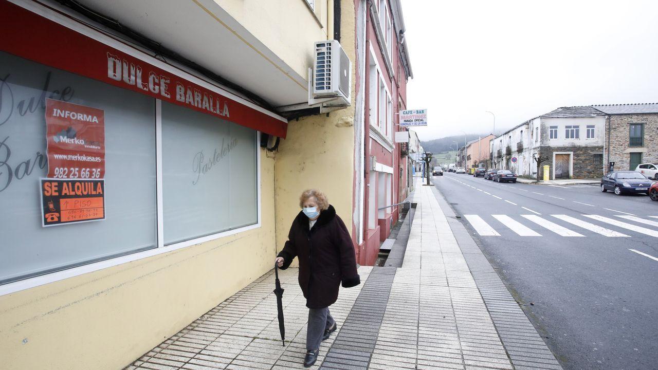 Los vecinos de A Milagrosa denuncian una iluminación deficiente de las calles del barrio.La famosa pastelería de Baralla, junto a la N-VI, en alquiler
