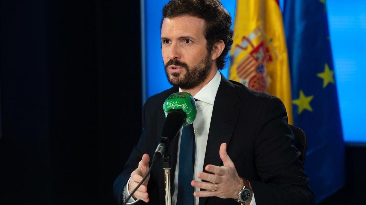 Cacerolada al grito de «Gobierno dimisión» en el centro de Madrid sin respetar la distancia de seguridad.El líder del PP, Pablo Casado, durante una entrevista en Onda Cero