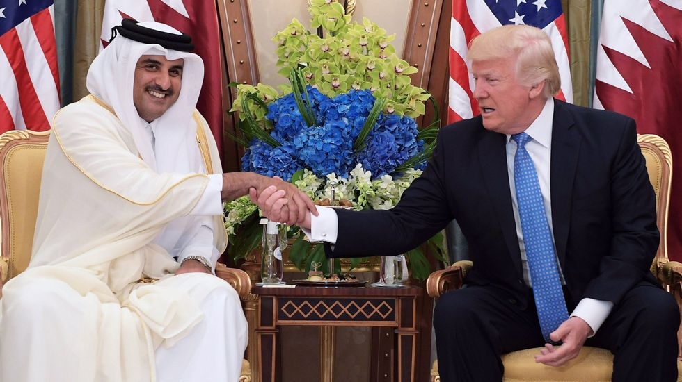 Fin al mes sagrado de los musulmanes.Donald Trump estrecha la mano al emir de Catar en su ultima gira por Oriente Medio