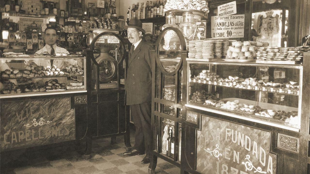 Manuel Lence, en el local de Génova en los años 20
