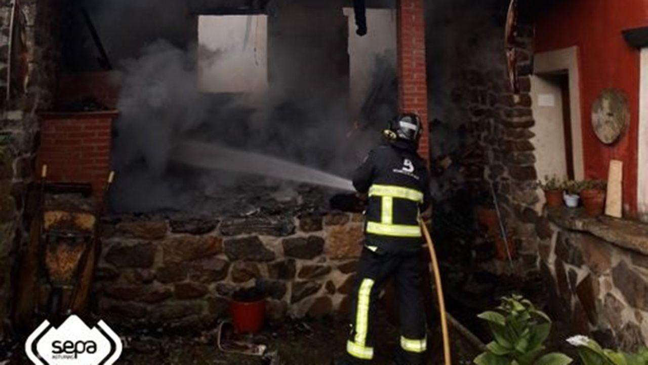 Los bomberos apagan un incendio en Cabranes