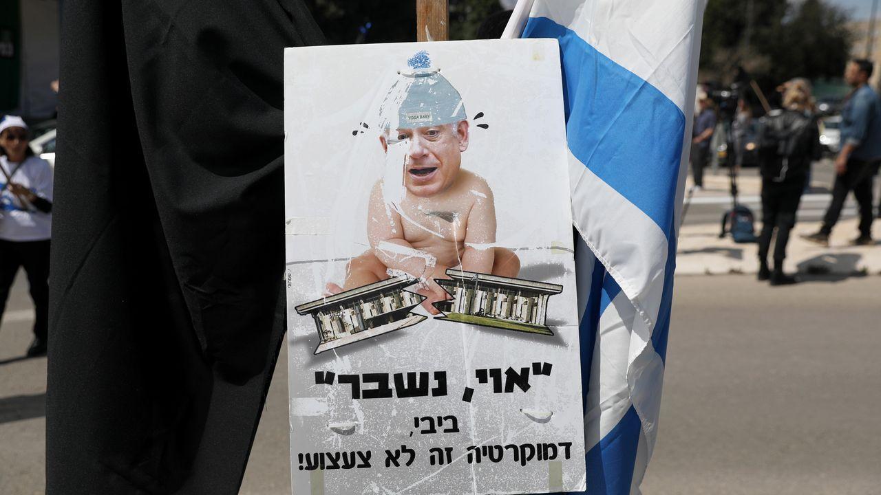 Activistas de izquierda israelíes protestan frente al Parlamento