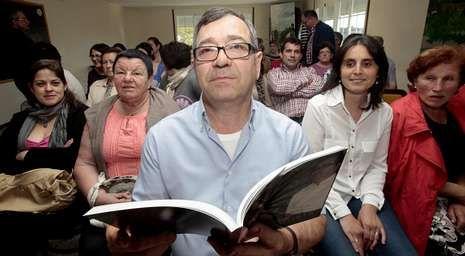 El cocinero baiés Juan Bautista Mato, el domingo, con los vecinos de Tella.