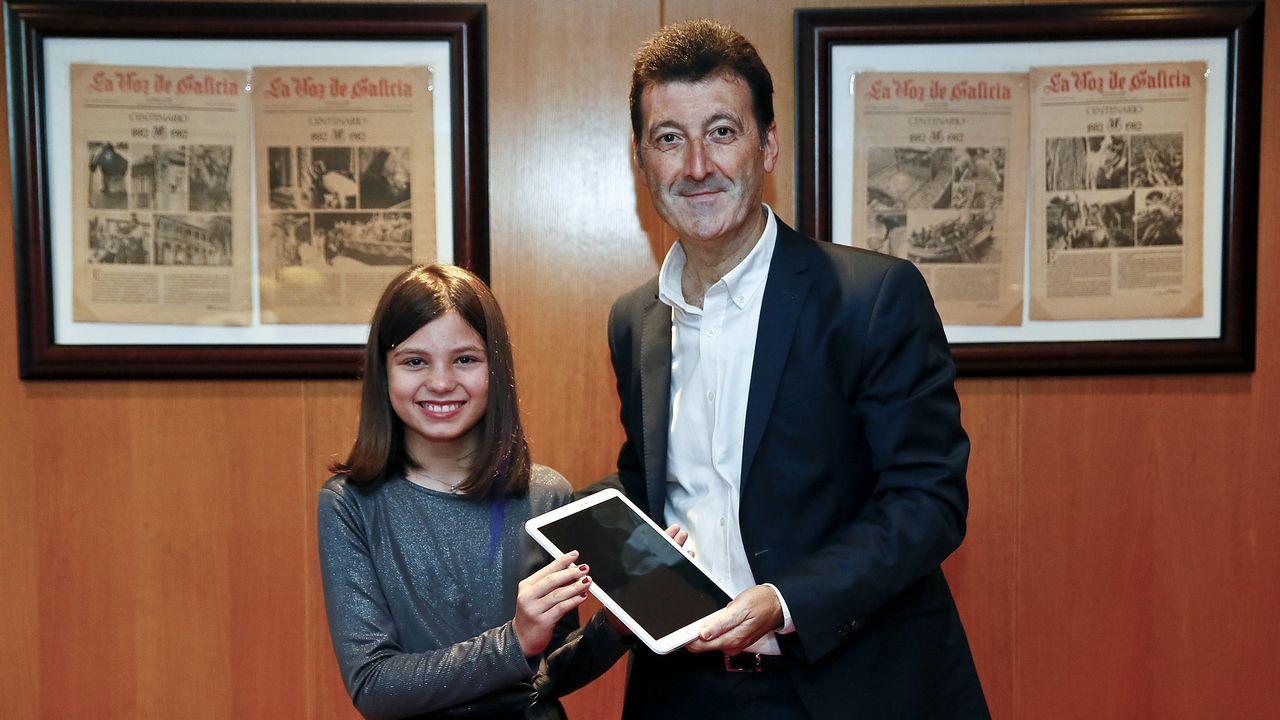 Andrea Costas, ganadora juvenil; con Diego Pérez, delegado de La Voz en Vigo