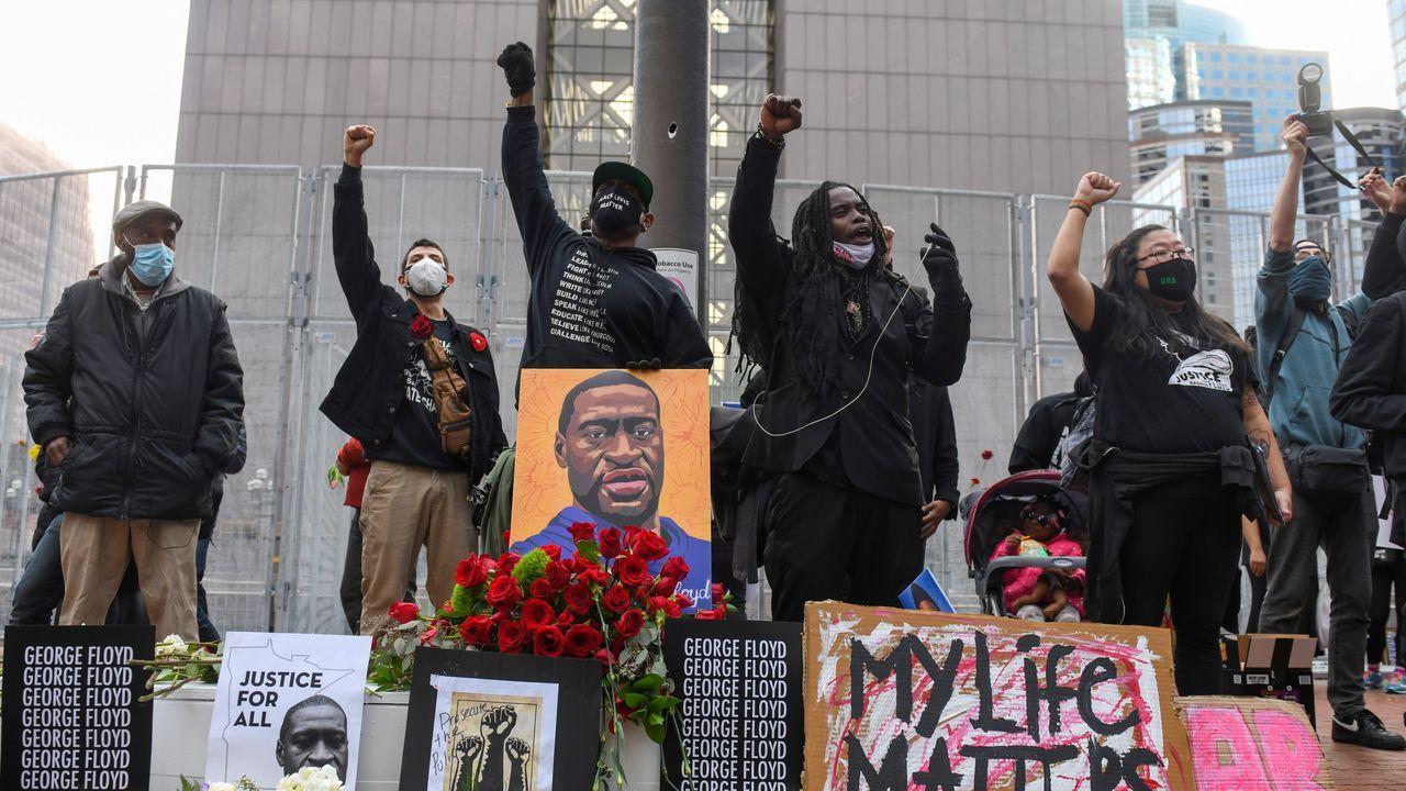 Manifestantes exigen justicia para Floyd en una protesta en Mineápolis ante el inicio del juicio