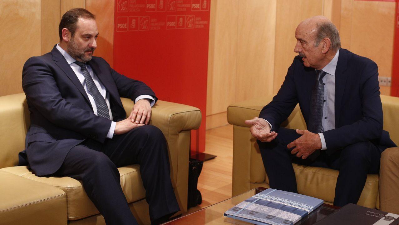 El secretario de organización del PSOE y ministro de Fomento en funciones, José Luis Ábalos, con José María Mazón, el único diputado del Partido Regionalista de Cantabria