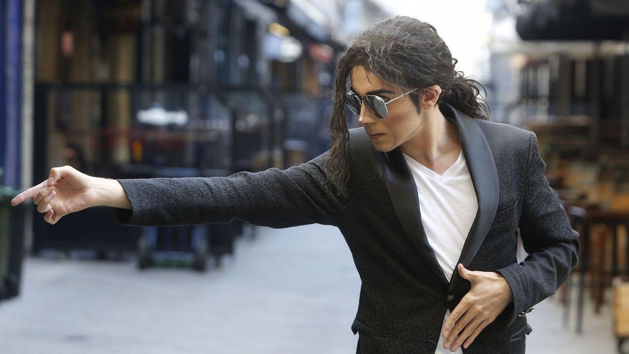 Álex Blanco, caracterizado como Michael Jackson, en la calle Estrella de A Coruña