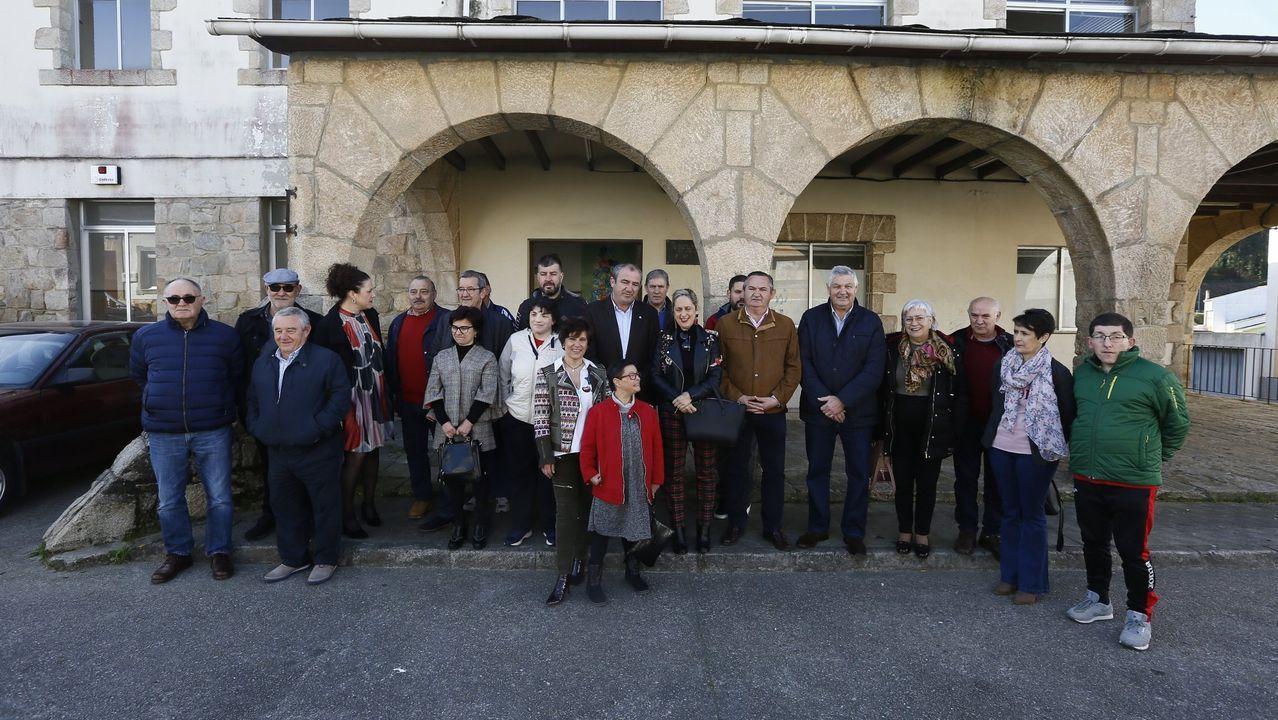 A Estrada se vuelca con la hostelería.Políticos se hicieron una foto de familia ante el antiguo colegio de Celeiro con usuarios, personal y directivos de Aspanane, el 2 de marzo del año pasado, cuando rubricaron el acuerdo entre el Concello, la Deputación y la Xunta
