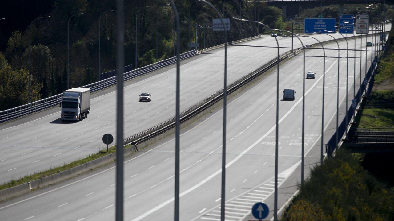 Maleza sin control en zonas urbanas de Santiago.Imagen de la AP-9 con muy poco tráfico durante el estado de alarma