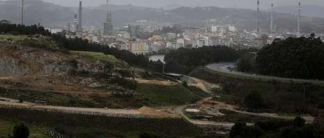 Vista de las obras de acceso, desde la autopista, al puerto exterior de punta Langosteira, en A Furoca.