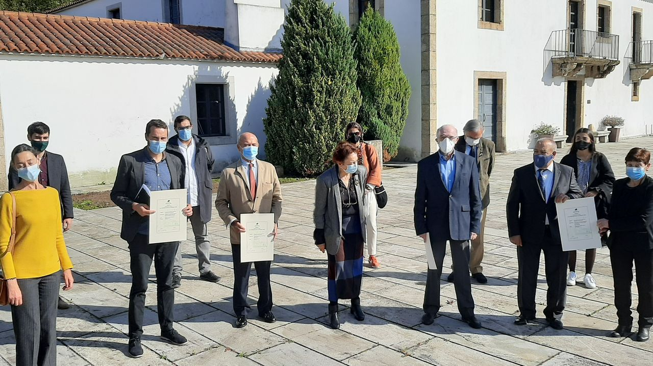 O presidente da Deputación de Lugo, José Tomé, xunto aos bancais dos viñedos da Ribeira Sacra