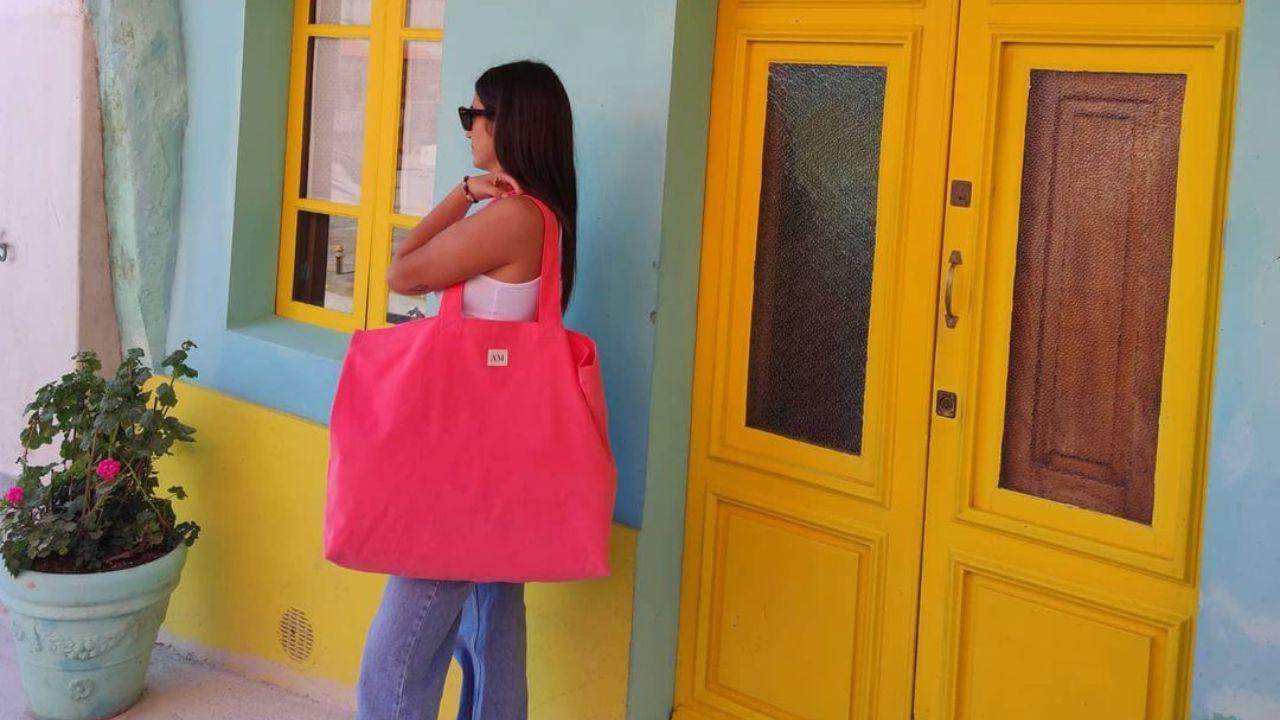 En La Galleta Music Shop.Uno de los bolsos de AM Store en Fontán, Sada