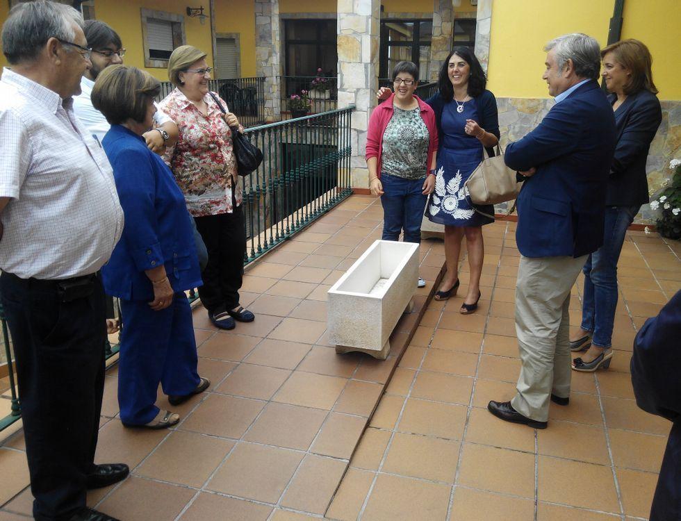 El Pazo Museo de Tor por dentro.El gerente y la presidenta de Prodeme, primeros por la izquierda, recibieron la visita de cargos del PP