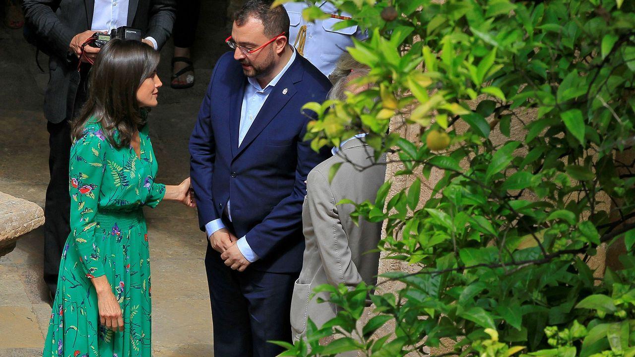 La reina Letizia conversa en el claustro con el nuevo presidente del Principado, Adrián Barbón, que asistió a la lección magistral que el director de orquesta Aarón Zapico