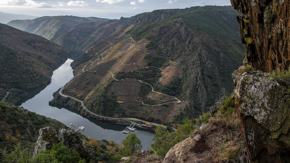Una vista del cañón del Sil desde el mirador. Abajo, a la derecha, el embarcadero de Doade o Ponte da Abeleda, en territorio de Monforte