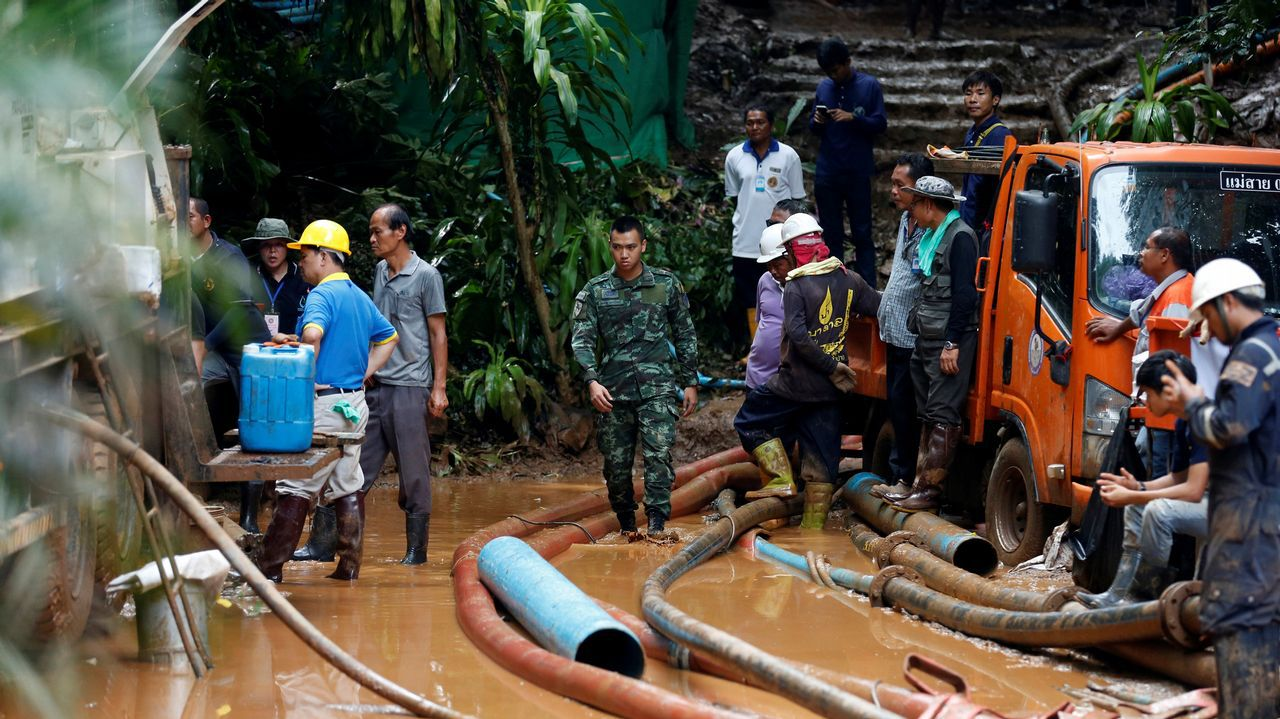 Hallados los 12 niños perdidos en una cueva en Tailandia.Las autoridades le rinden un homenaje a Saman Kunan, de 38 años, quien murió al intentar rescatar a los niños y a su entrenador.
