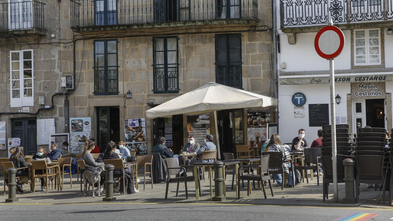 Una forma diferente de disfrutar de la ruta jacobea.En una imagen de archivo, terrazas situadas en la zona de Porta Faxeira de Santiago, donde se produjo el robo del trípode al equipo de televisión