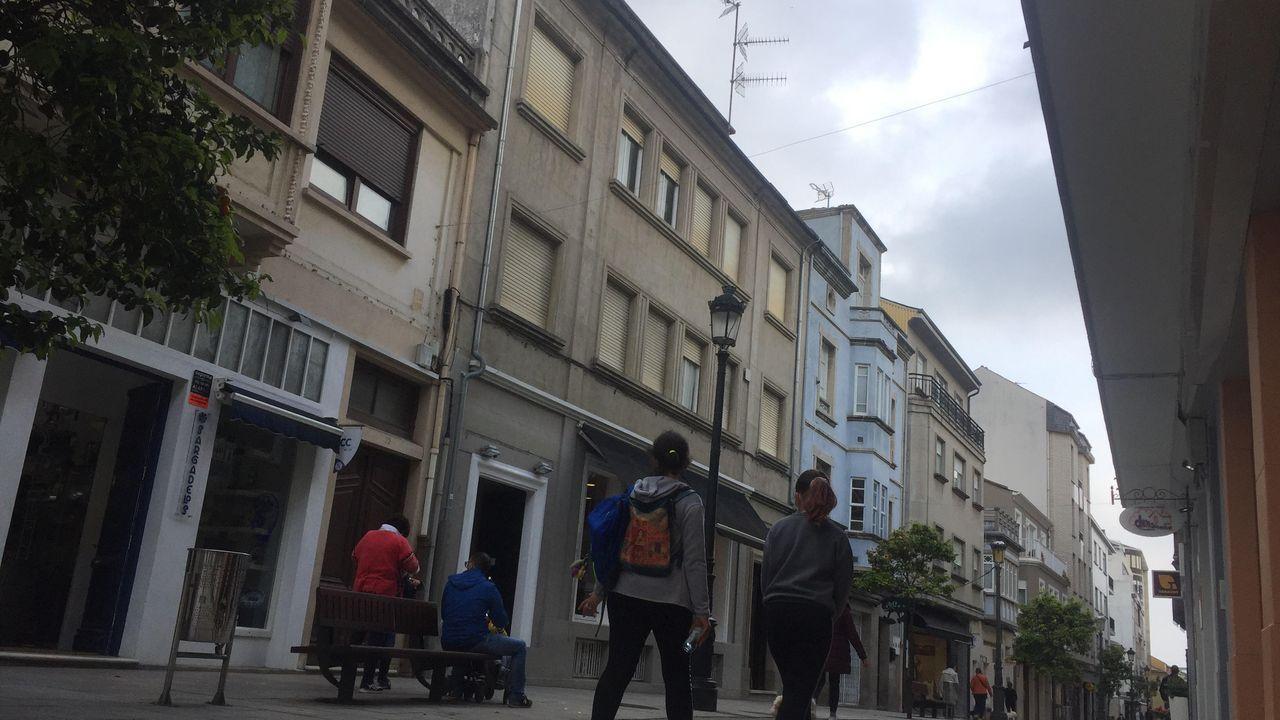 Entre los bienes inmuebles, Francisco Moreda legó el 100 % de un piso, el segundo del  número 20 de la calle Reinante, en el centro de Ribadeo, así como el 50 % indiviso del desván. El edificio es del año 1954 y su uso inicial fue como sanatorio