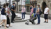 La Policía Local de Viveiro informa a viandantes sobre el cierre de la comarca