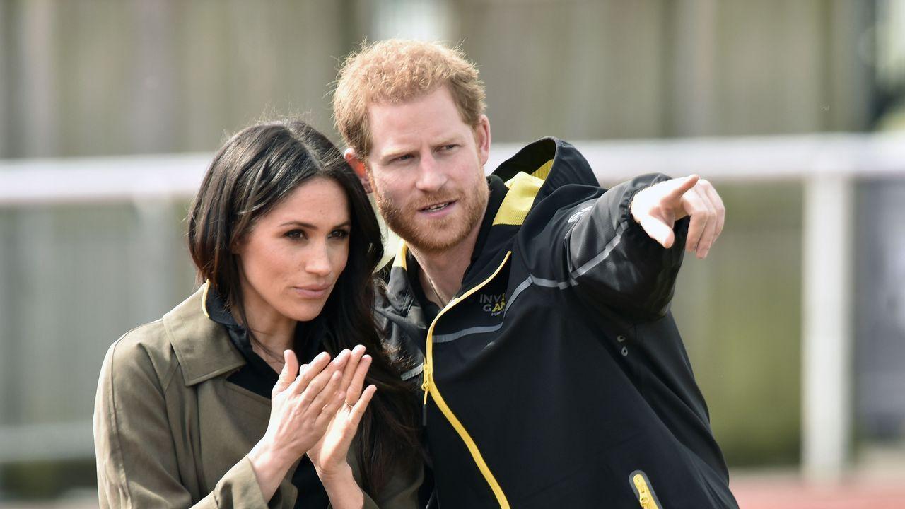 La familia real hace pública su nueva imagen.El rey Felipe VI (i), la princesa Leonor (d) sonríen durante su visita a Asiegu