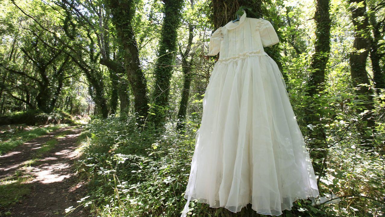 Detalle de uno de los intrigantes vestidos colgados en San Salvador de Muxa