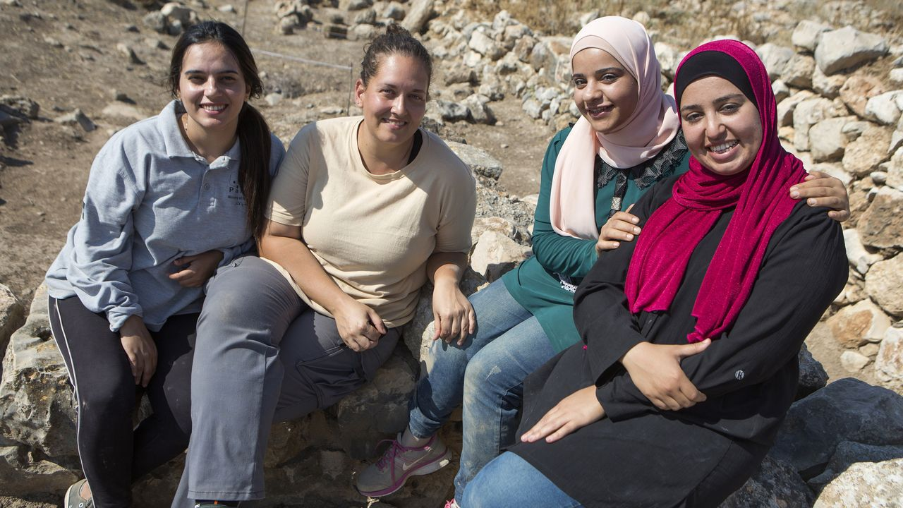 En la imagen, las protagonistas del audiovisual: las tres arqueólogas palestinas y la restauradora Blanca Sicilia