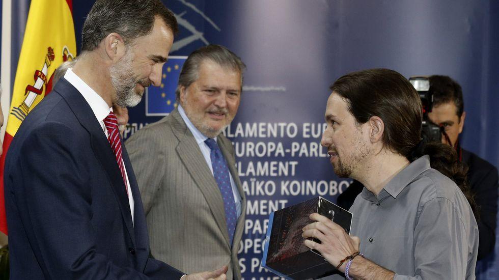 Letizia, con el bolso de Bruno Prieto, en la Feria del Libro de Madrid.Pablo Iglesias le regala «Juego de tronos» al rey